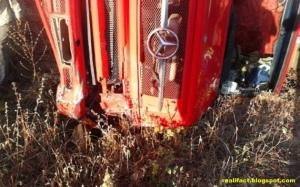 Tabrakan Sedan Ford Vs Truck Sebabkan Seluruh Penumpang Tewas